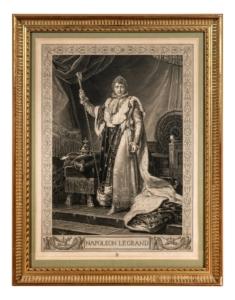 Napoleon ist in einen kostbaren Mantel gekleidet, trägt eine Krone und hält in der rechten Hand ein Zepter.